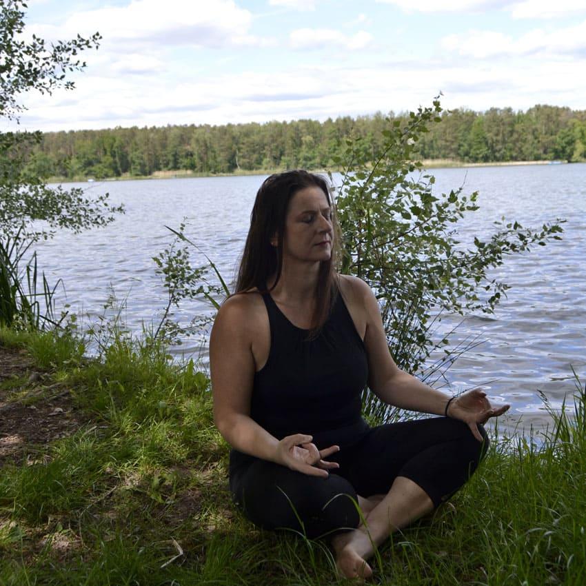 schneidersitz ufer yoga